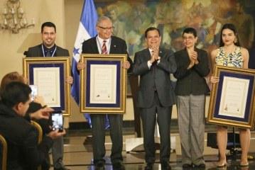 Entregan Premios Nacionales de Ciencia, Arte y Literatura