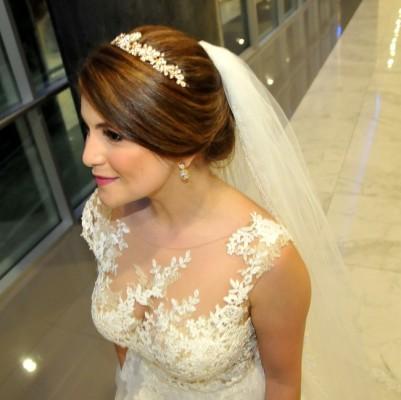 Joyas antiguas de la familia lució Carla Milla en su noche de bodas...una elección sobria que acentuó su refinada imagen nupcial
