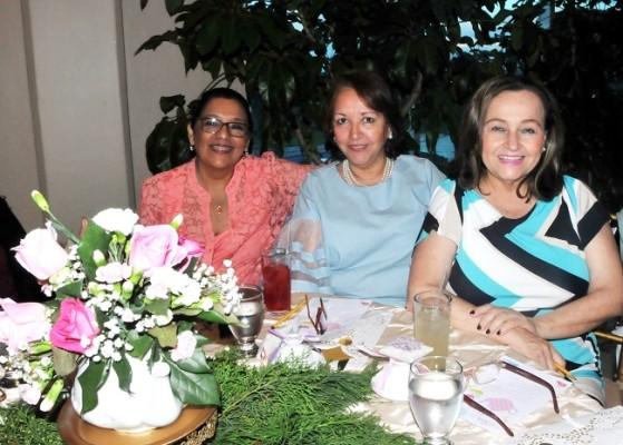 Alma Talbott, Rosa Bustamante y Susana Pineda
