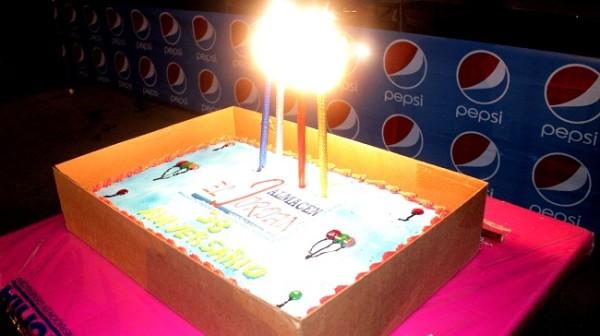 El pastel de aniversario de Almacen El Jordan.