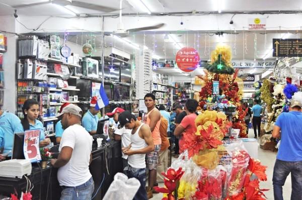 Los clientes aprovecharon los descuentos especiales en toda la tienda.