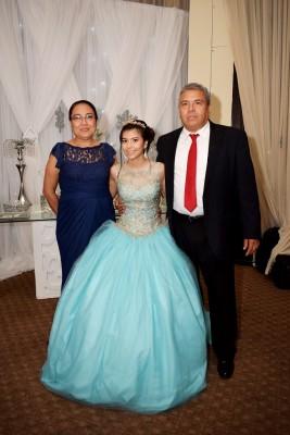 Los padres de Yuli, enmarcando el precioso momento de su hija.