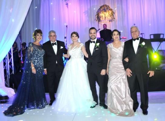 Los padres de la novia, Marisa y Carlos Milla, junto a su hija, Carla Milla, Julio Suazo, Luisa y Sergio Danilo Suazo, padres del