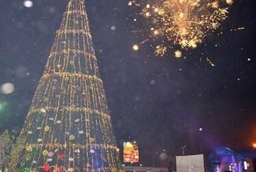 El árbol navideño más grande de Honduras brilla en todo su esplendor