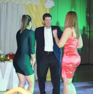 A Roberto Kattan le hacen falta dos bailadoras