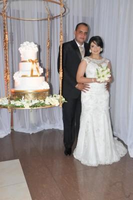 Los novios posan para Farah La Revista junto a su hermoso pastel de bodas elaborado por Nadia Canahuati de Signature Cakes