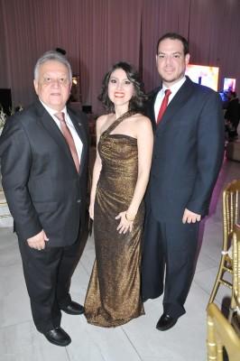 Carlos Bueso, Mavis y Roberto Larios