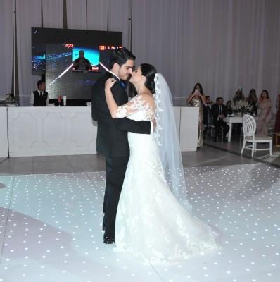 Tina María Mena y Ángel Fajardo bailan su canción favorita en la gran noche de bodas