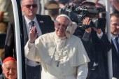 Video: Golpean al papa Francisco con una gorra en su recorrido en el papamóvil