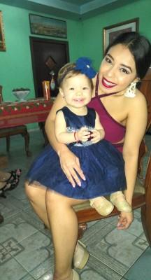 Francis Aleman y la bebé Miriam Nohelia Molina Sabillon