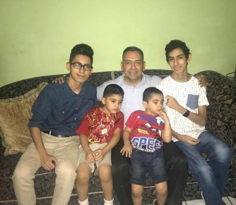 Jimmy Mejía con sus hijos