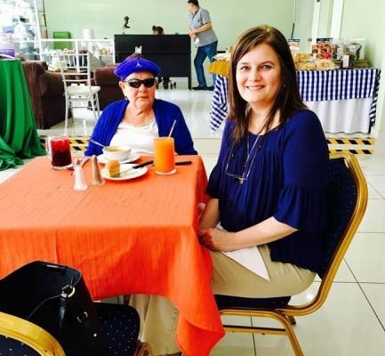 Carmencita Larach con su mami