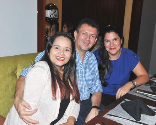 Doris y Abelardo Santos con Adonie Pinto