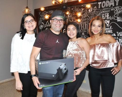 Gustavo Vallecillo, junto a su esposa Paola e hijas