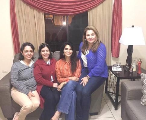 Mayra Montes con amigas