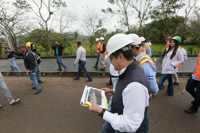 Hernández supervisa construcción de carretera de occidente