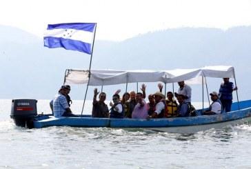 Hondureña residente en EEUU regresó al lago de Yojoa para disfrutar de un pescado frito y coinside con la visita de JOH
