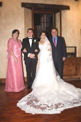 Los padrinos de boda, Edmundo y Rosy Orellana junto a los recién casados, Melvin Ferraro y Marcela Juárez