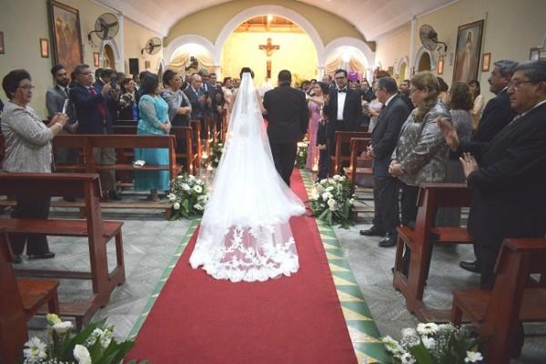 Momento inolvidable en que la novia llegaba al altar del brazo de su padre, Heráclito Juárez