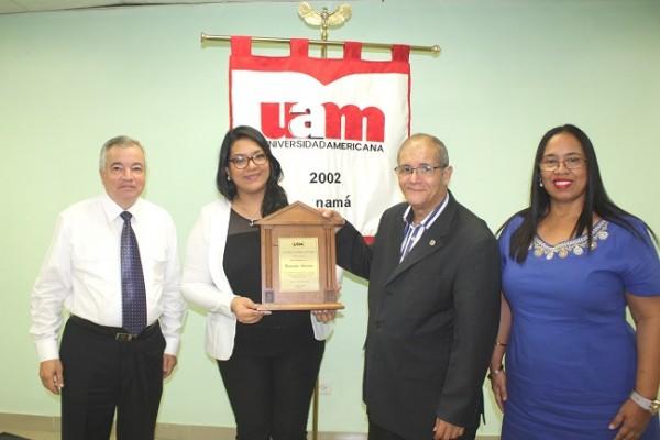 Autoridades Académicas de la Universidad Americana de Panamá reciben una placa de agradecimiento de manos de la Director de la Carrera de Marketing, Lorna Reyes (UTH) por su valioso apoyo en la gira académica realizada Gustavo Quintero (UAM) y Marisol Acosta (UAM)