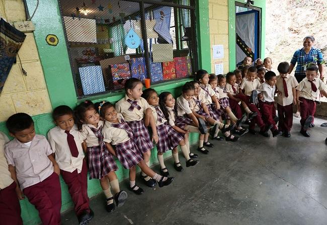 Entregan zapatos a unos 200 niños de los jardines municipales de Cofradía
