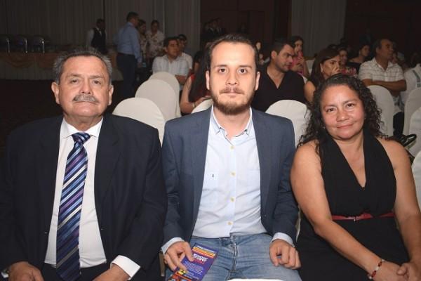 Guillermo y Jeremías Milla con Karla Arita