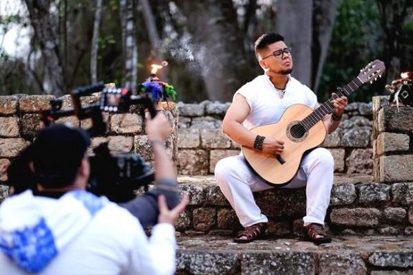 Manu Martínez durante la filmación de una de sus producciones musicales