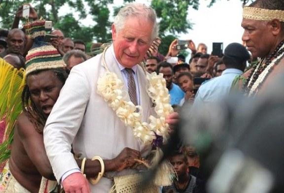 El príncipe Carlos y su comentario racista ponen contra la pared a la realeza británica