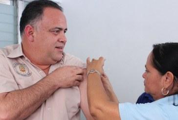 Tras vacunarse, Calidonio insta a sampedranos a inmunizarse contra la gripe H1N1