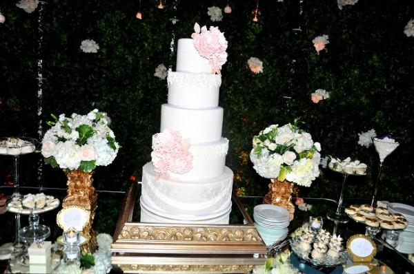 El pastel de bodas fue elaborado por Nadia Canahuati de Signature Cakes