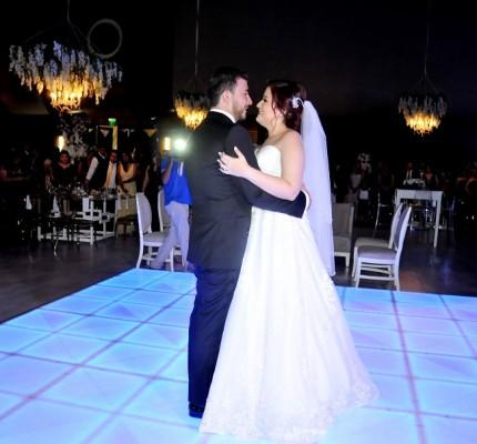 Olvin y Dulce durante su primer baile como esposos.
