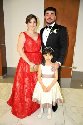 El hermano del novio, Kelvin López, junto a su esposa Nora y Camila Isabel