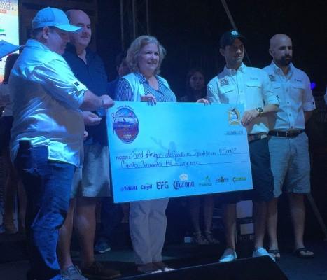 Fundación Amigos de Guarderías Infantiles al momento de recibir el aporte producto de la pesca benéfica