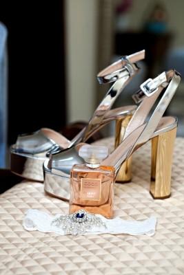 La novia calzó unos zapatos de la firma Giuseppe Zanotti ¡preciosos!...su aroma predilecto, Coco Chanel flotaba en el ambiente...¡que exquisitez!