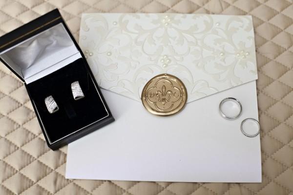 Dulce se decantó por la joyería que su madre, doña Isaura le brindó de su colección personal...Joyas de diamantes y oro blanco hicieron que la bella novia brillara aun más con su luz propia...¡Cuanto glamour!