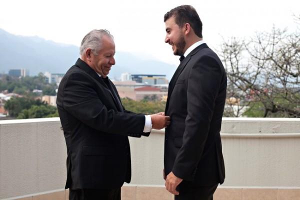"""Don Hilario López y su hijo Olvin...recibiendo los últimos """"retoques"""" de su padre."""