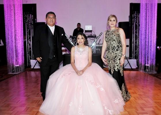 La quinceañera junto a sus padres, Luis Recarte y Wendy Márquez