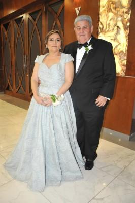 Los padres de la novia, doña Isaura de López y Óscar López
