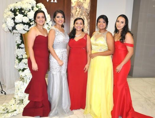 Maribel Hernández, Cecilia Yescas, Astrid Hernández, Amy Flores y Michelle Lorenzana