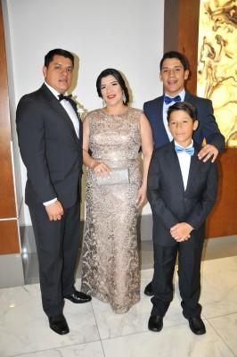 Los padrinos de bodas: Omar Cardoza, Graciela Sanabria de Cardoza, Omar F. Cardoza y Omar E. Cardoza