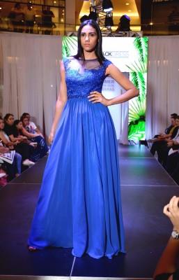 Un precioso vestido en azul rey con aplicación floral