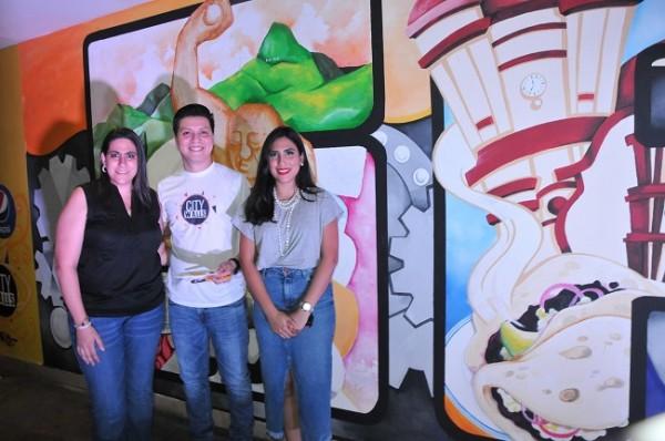 El artista del pincel esdras Solis con Linda Martínez y Ofelia Hasbun