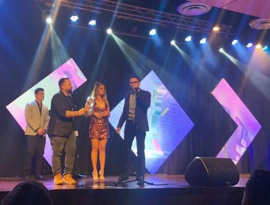 De EXA FM, Allan Vallecillo, Gabriela Gáleas y Carlos Zúñiga recibieron el premio como Radio Viral de año