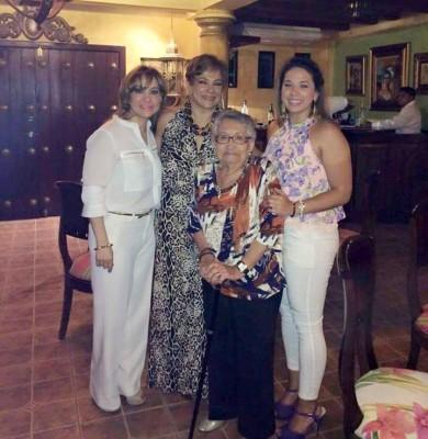 La honorable dama con sus hijas Laura y Pamela y su nieta  Nicole