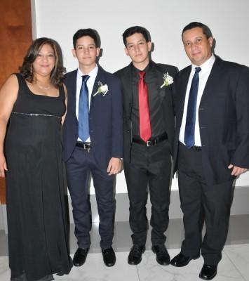 Jeanne Raudales, Roberto Lara, Juan Lara Jr. y su padre, Juan Lara