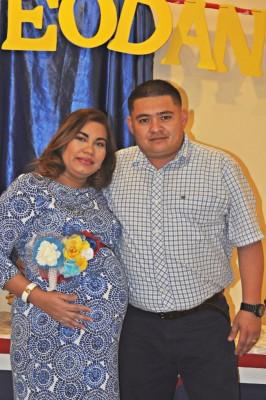 La agasajada junto a su esposo Óscar Daniel Mejía
