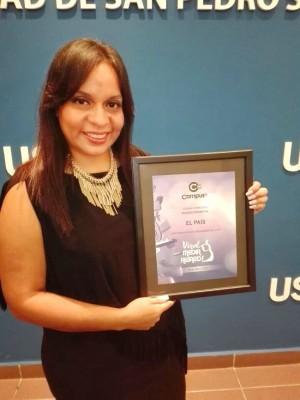 La gerente de recursos humanos de Diario EL PAÍS, Denia Meraz, recibió el reconocimiento como Medio de Comunicación Revelación 2017