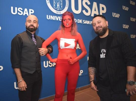 Nelyi Larice y Allan Vallecillo, junto a la modelo de YouTube