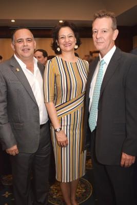 Armando y Karen de Calidonio, junto a Andy Mediclot