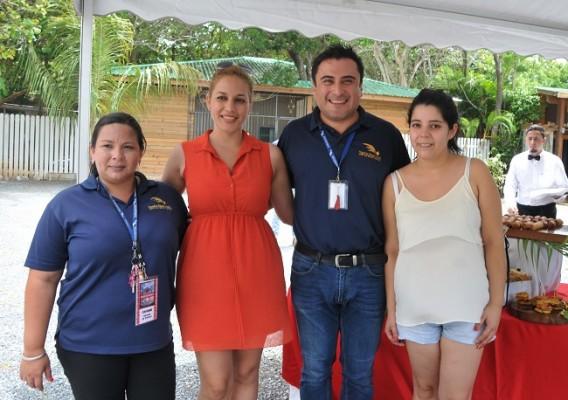Staff del Paradise Beach Hotel, Flor Madrid, Kenia Romero, Ismael Larreynaga y Francisca.